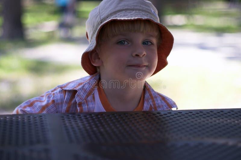 Muchacho joven en el patio imagenes de archivo