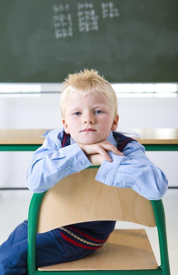 Muchacho joven en la sala de clase foto de archivo libre de regalías