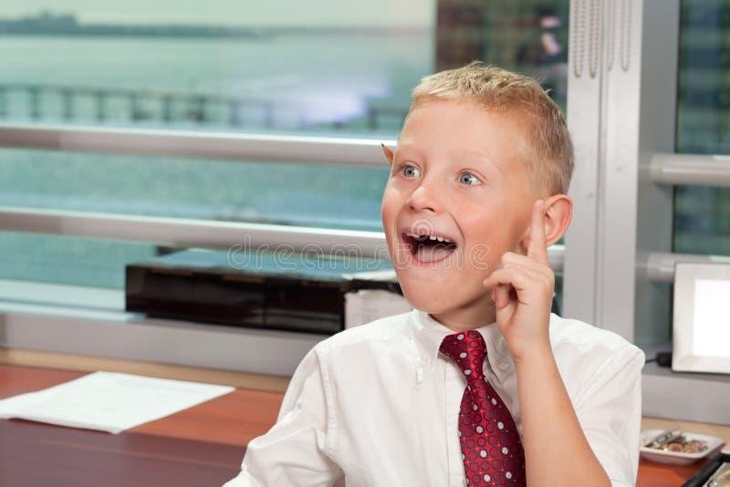 Muchacho joven en oficina de asunto imagen de archivo