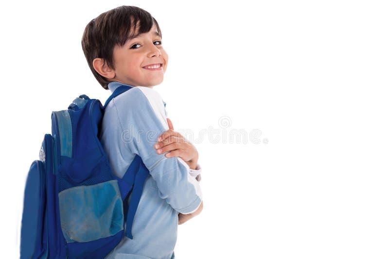 Muchacho joven feliz listo para la escuela con su bolso imágenes de archivo libres de regalías