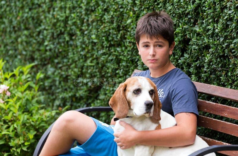 Muchacho joven feliz y su perro imagen de archivo libre de regalías