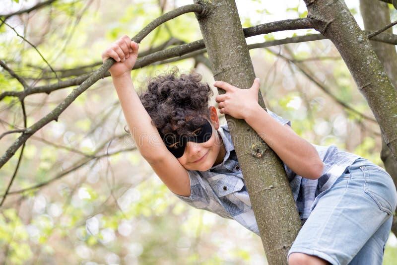 Muchacho joven lindo con una máscara negra imágenes de archivo libres de regalías