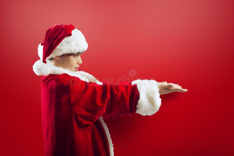 Muchacho joven listo para recibir un regalo de Navidad fotografía de archivo