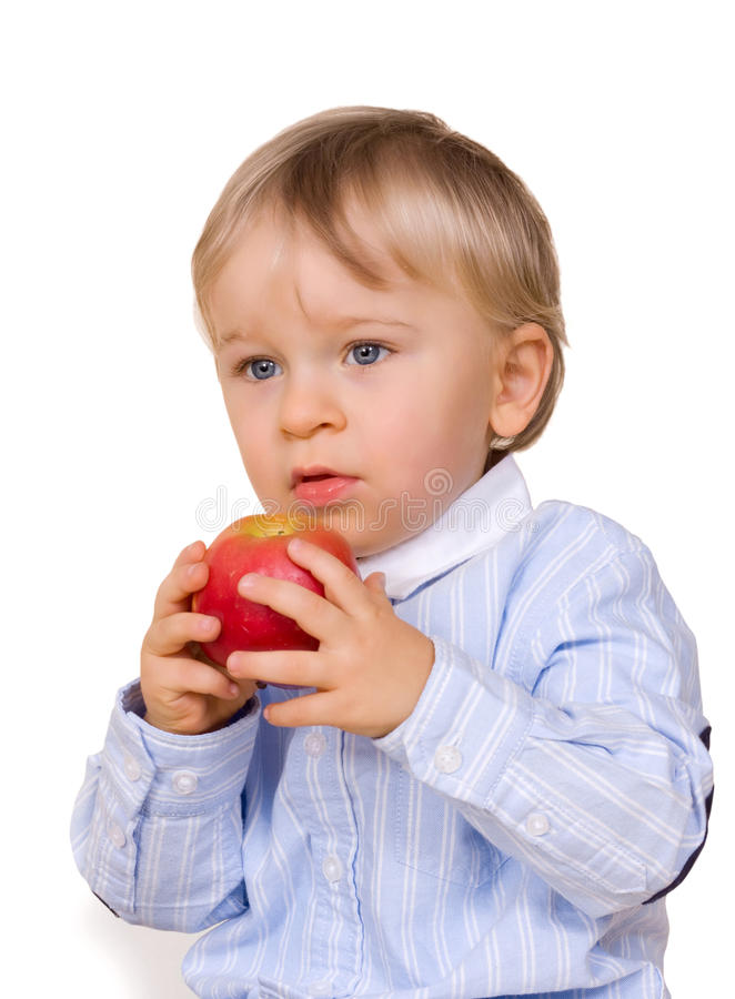 Muchacho joven que come la manzana fotografía de archivo libre de regalías