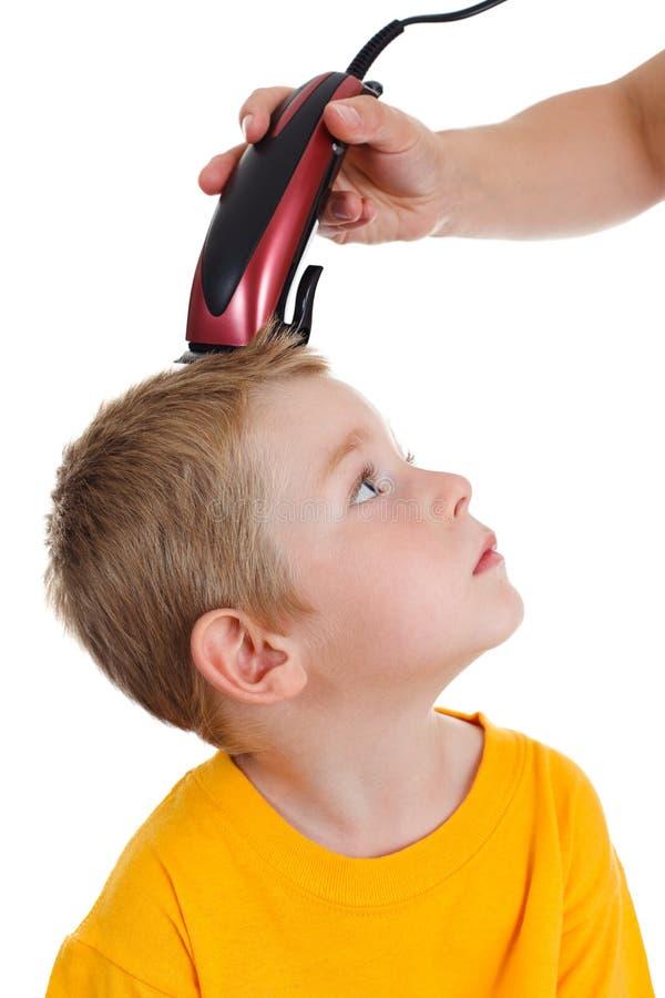 Muchacho joven que consigue corte de pelo imagen de archivo