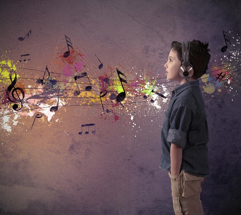 Muchacho joven que escucha la música fotos de archivo libres de regalías
