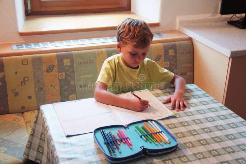 Muchacho joven que estudia en casa imagenes de archivo