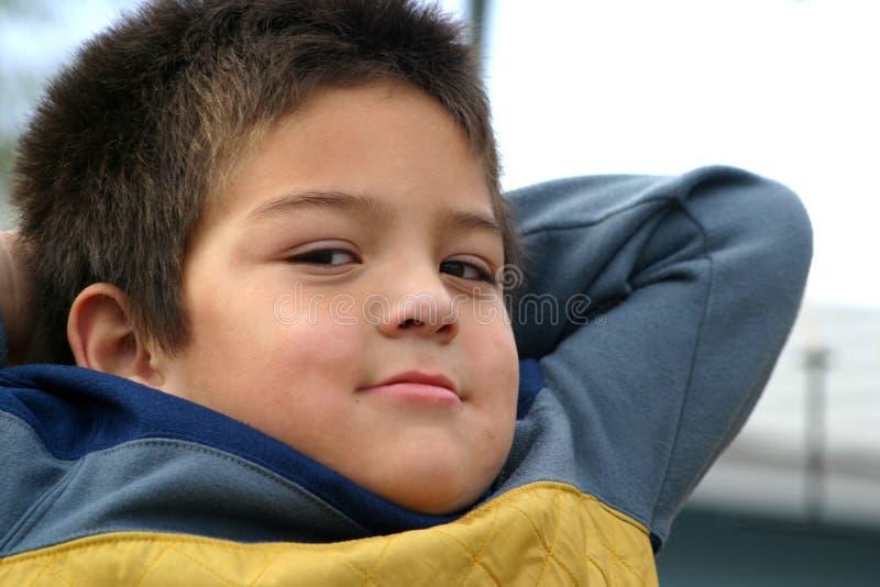 Muchacho joven que golpea con el pie detrás imagen de archivo