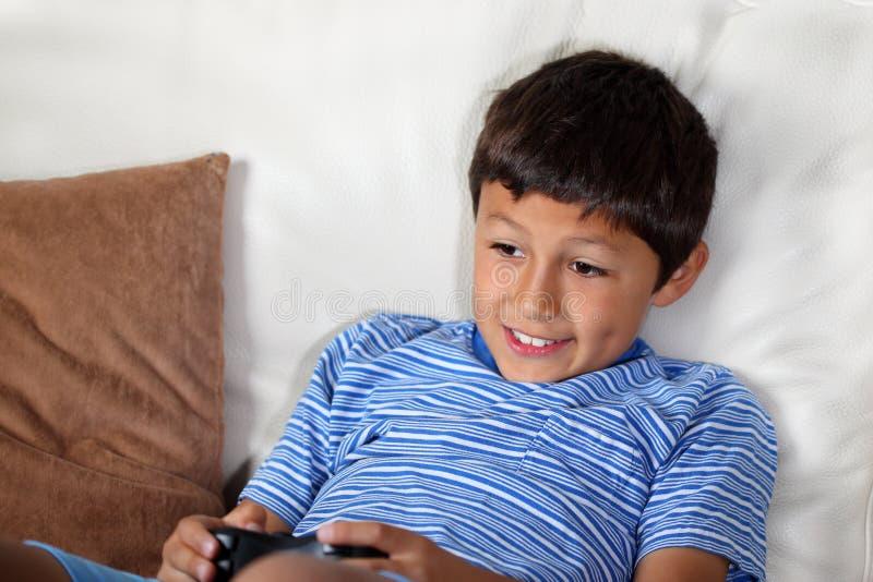 Muchacho joven que juega al juego de ordenador fotografía de archivo libre de regalías