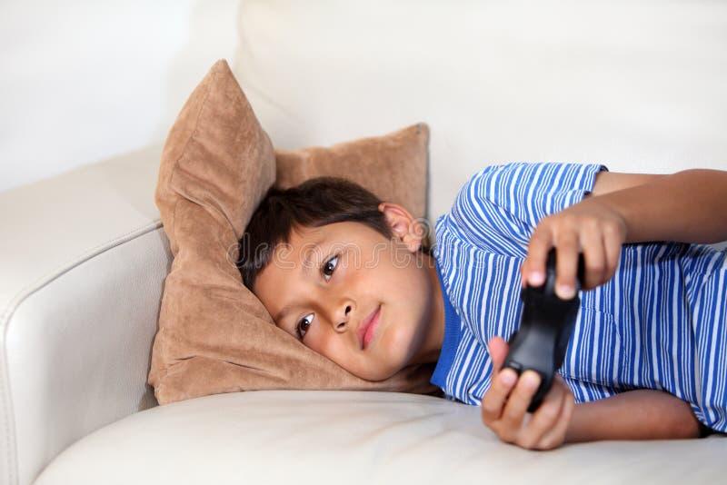 Muchacho joven que juega al juego de ordenador imagen de archivo libre de regalías