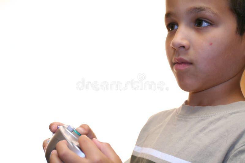 Muchacho joven que juega al juego video foto de archivo libre de regalías