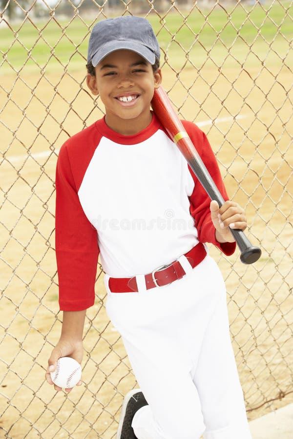 Muchacho joven que juega a béisbol fotos de archivo