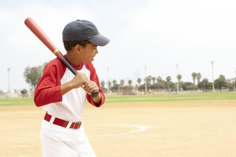 Muchacho joven que juega a béisbol imagen de archivo