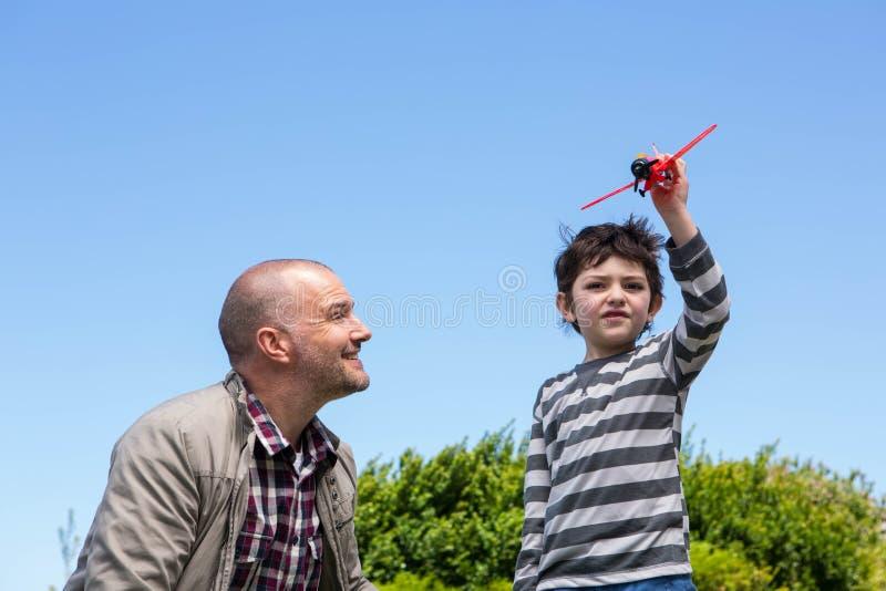 Muchacho joven que juega con un plano del juguete imágenes de archivo libres de regalías