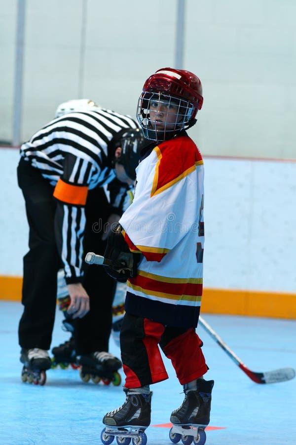Muchacho joven que juega a hockey imagen de archivo libre de regalías