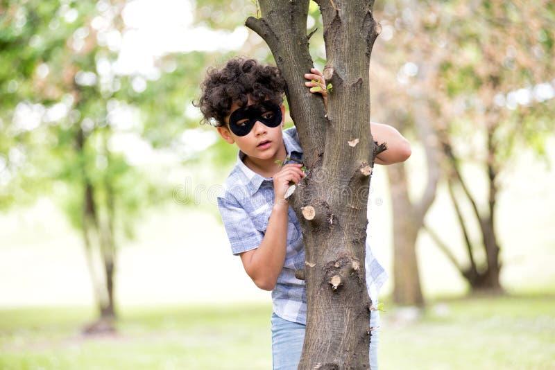 Muchacho joven que lleva una m?scara negra imágenes de archivo libres de regalías