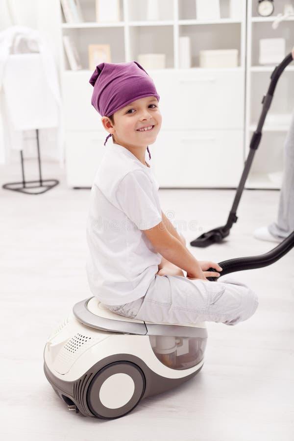 Muchacho joven que se sienta en aspirador foto de archivo