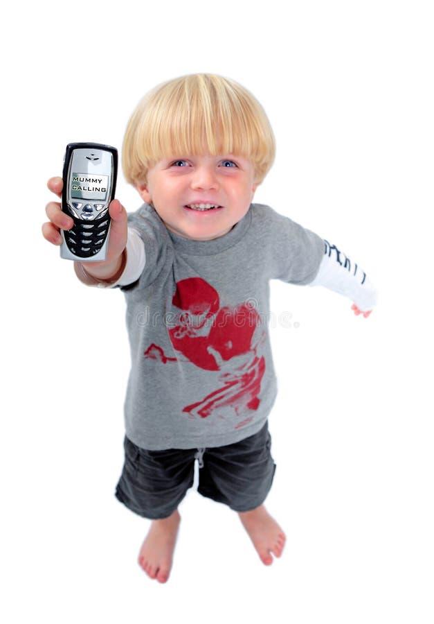 Muchacho joven que sostiene el teléfono móvil que muestra momia la llamada imagenes de archivo