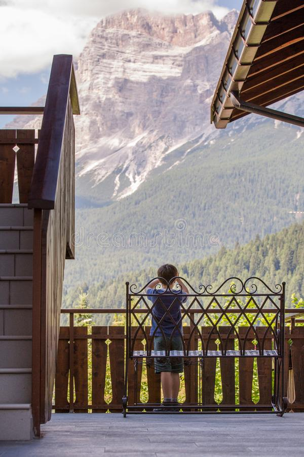 Muchacho joven que toma la foto con la cámara en montaña en tiempo de verano imagen de archivo