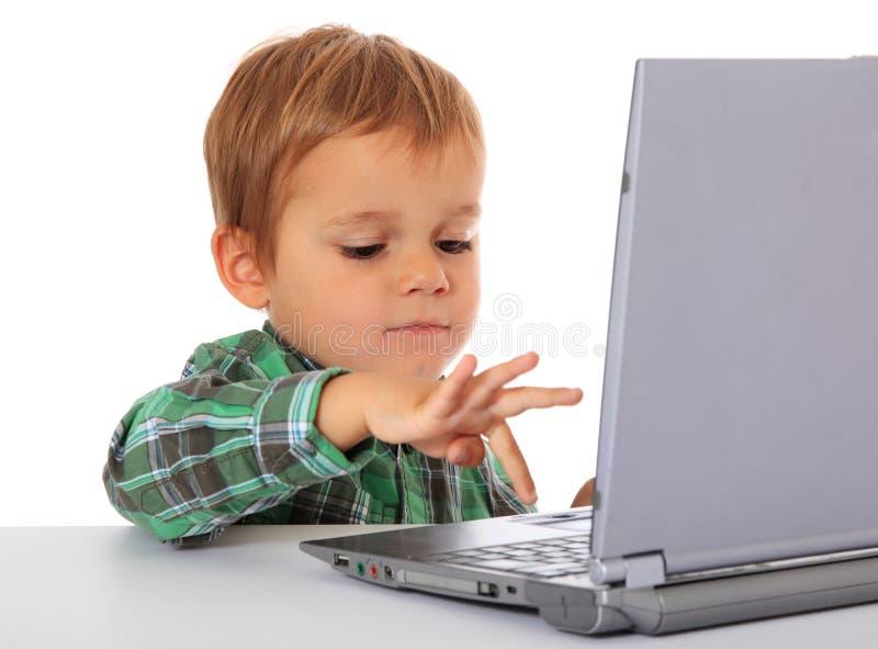 Muchacho joven que usa la computadora portátil fotografía de archivo libre de regalías