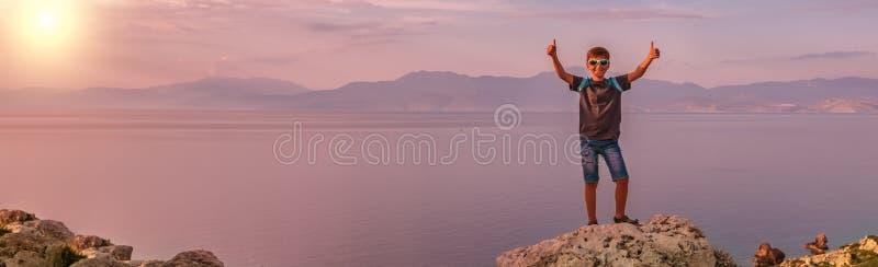 Muchacho joven que viaja a lo largo de la costa del mar Mediterr?neo foto de archivo