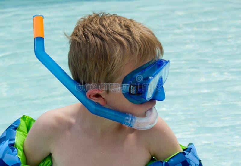 Muchacho joven Snorkling en piscina imagen de archivo libre de regalías