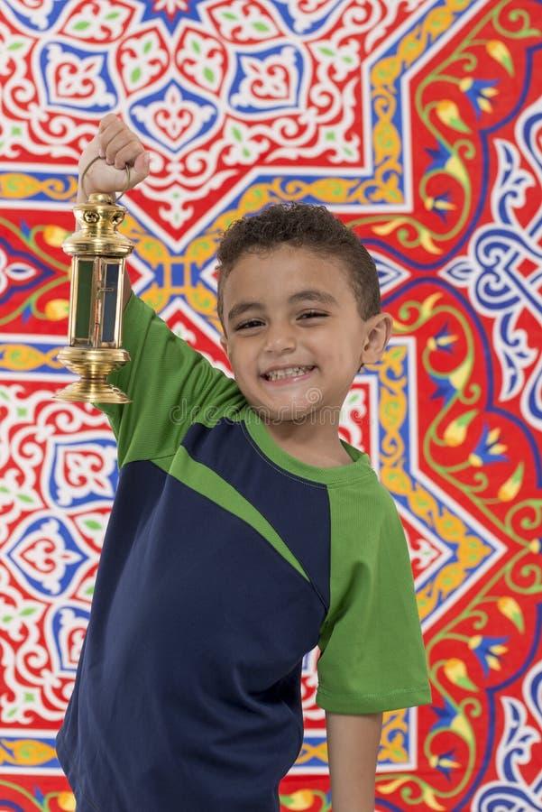 Muchacho joven sonriente con Ramadan Lantern