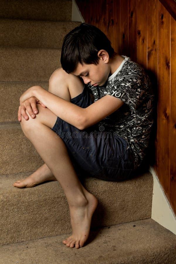 Muchacho joven triste fotos de archivo libres de regalías