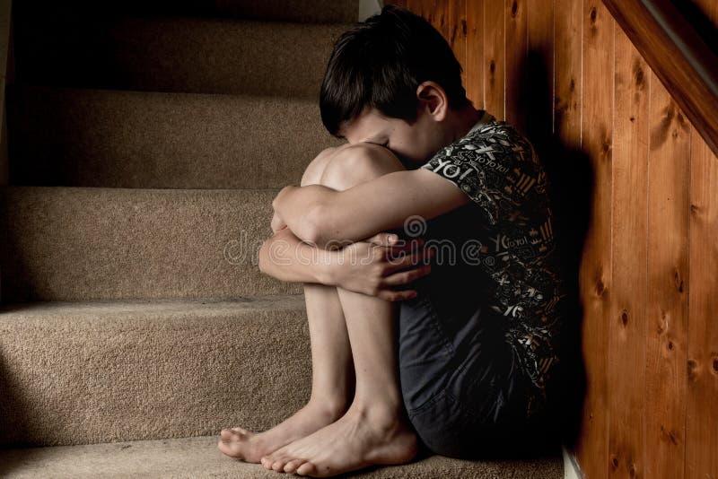 Muchacho joven triste fotos de archivo