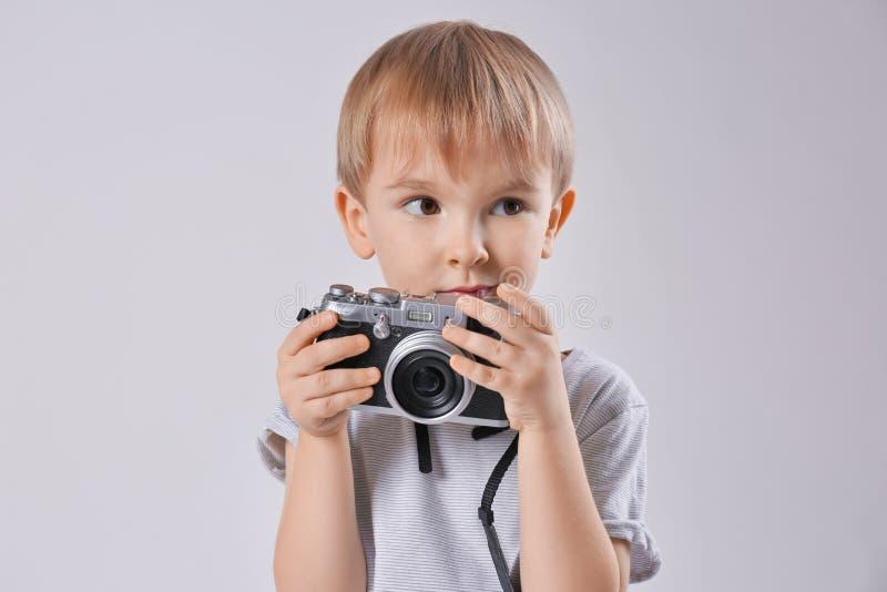 Muchacho lindo con la cámara de la película fotos de archivo libres de regalías