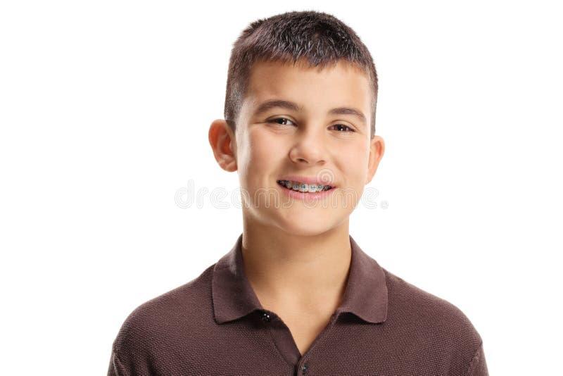Muchacho lindo con los apoyos dentales foto de archivo libre de regalías
