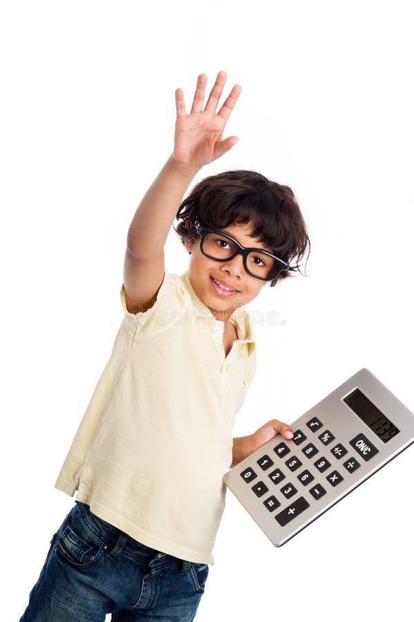 Muchacho lindo de la raza mixta con la calculadora. fotografía de archivo libre de regalías