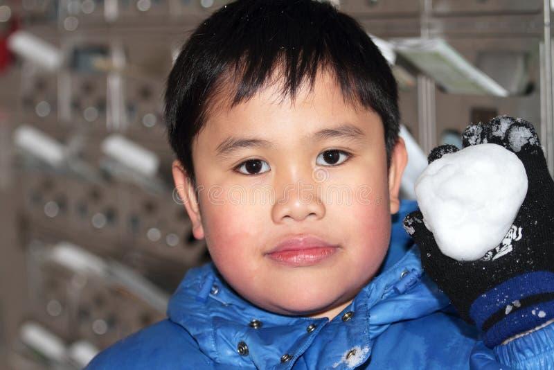 Muchacho lindo en snowsuit fotografía de archivo