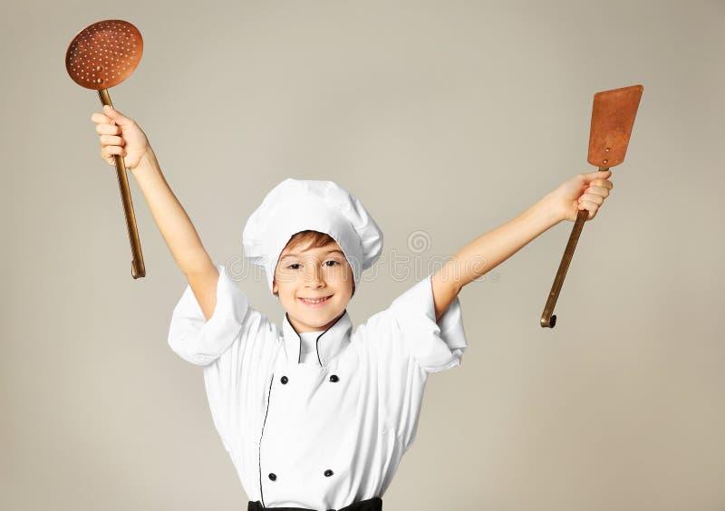 Muchacho lindo en uniforme del cocinero foto de archivo