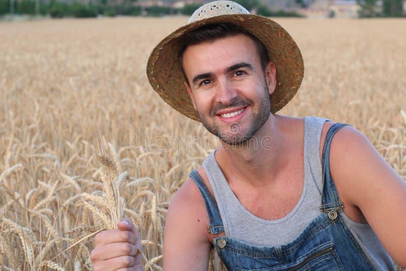 Muchacho lindo joven del granjero en los campos fotos de archivo