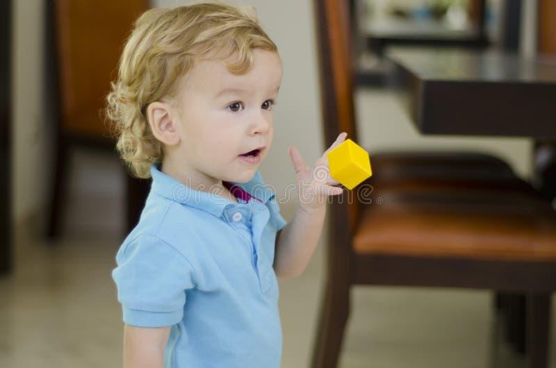 Muchacho lindo que juega con un juguete fotos de archivo libres de regalías