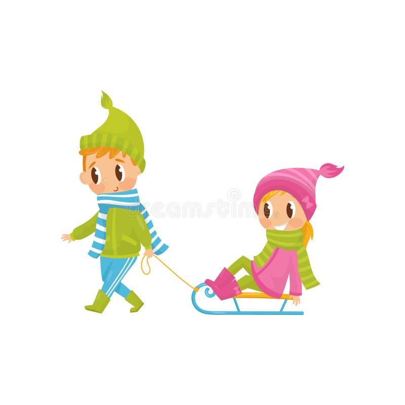 Muchacho lindo que tira de la niña en el trineo Actividad al aire libre Hermano y hermana alegres en equipo caliente del invierno ilustración del vector