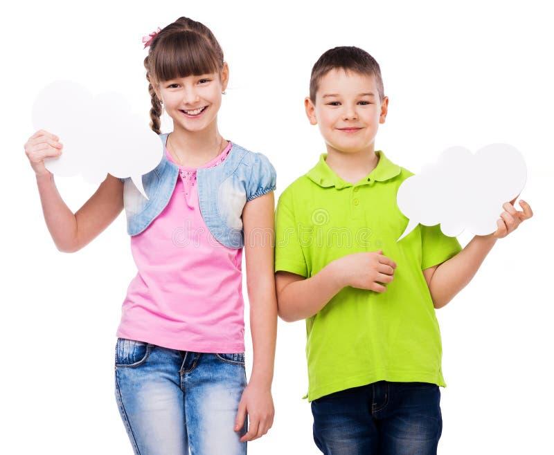 Muchacho lindo y muchacha que sostienen los pedazos del papel fotografía de archivo