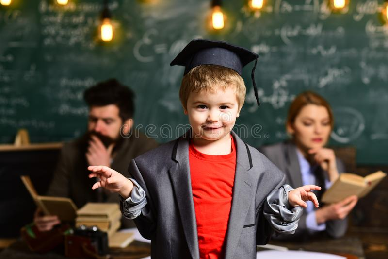Muchacho listo lindo feliz Niño listo para contestar con la pizarra en fondo Aliste para la escuela De nuevo a escuela Madre y fotos de archivo libres de regalías