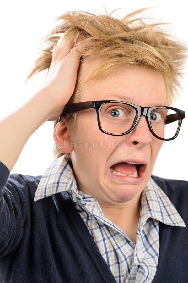 Muchacho loco del empollón con el grito sucio del pelo imagenes de archivo