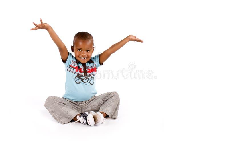 Muchacho negro de tres años que sonríe feliz fotos de archivo libres de regalías