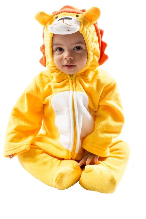 Muchacho negro del niño, vestido en el traje del carnaval del león, aislado en el fondo blanco Zodiaco del bebé - muestra Leo imágenes de archivo libres de regalías