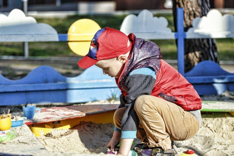 Muchacho, niño pequeño que juega, niño, patio, primavera, paseo, imagen de archivo