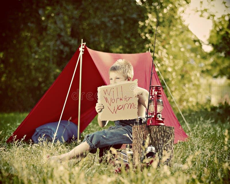 Muchacho que acampa en campo imagen de archivo libre de regalías