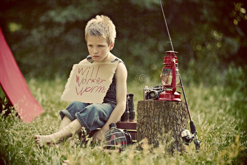 Muchacho que acampa en campo fotos de archivo