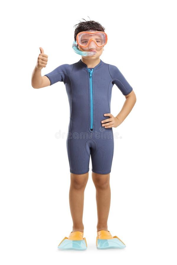 Muchacho que agita y que lleva un wetsuit, una máscara que se zambulle y aletas que se zambullen foto de archivo libre de regalías