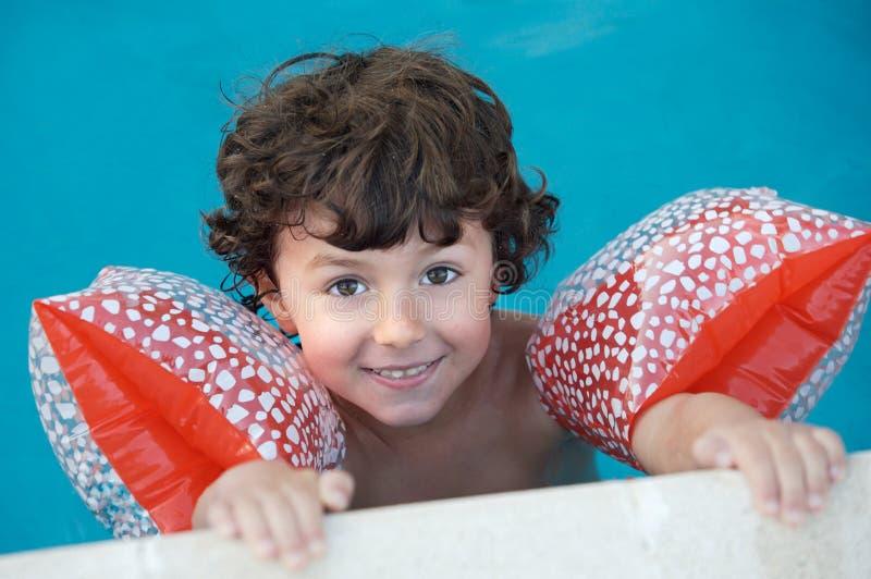 Muchacho que aprende nadar foto de archivo libre de regalías