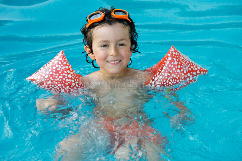 Muchacho que aprende nadar foto de archivo
