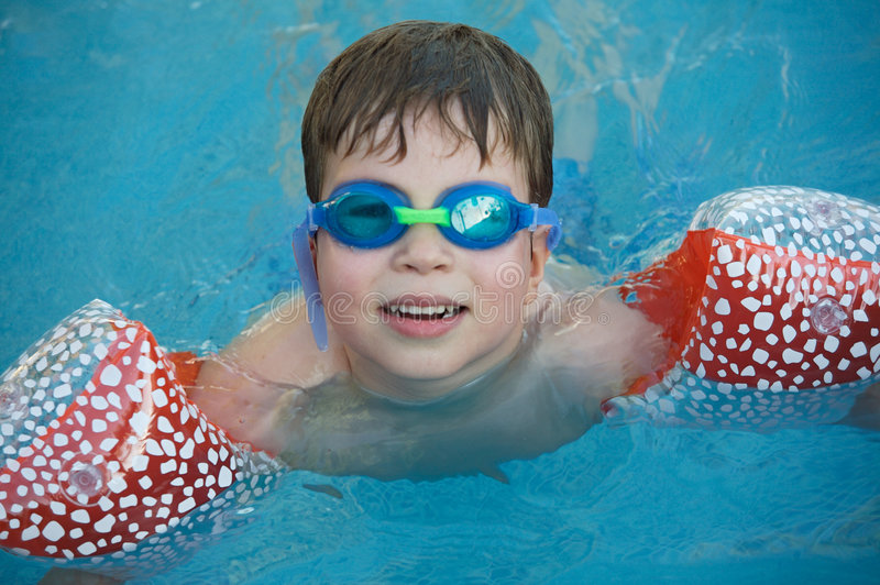 Muchacho que aprende nadar imagen de archivo