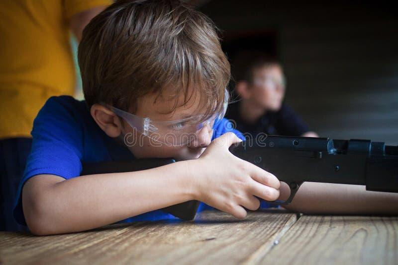 Muchacho que apunta el rifle imágenes de archivo libres de regalías